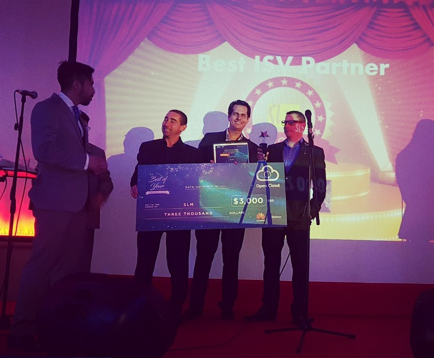 SLM Recibiendo premio de HUAWEI