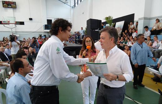 Presidente de Colombia, Juan Manuel Santos entregando premio Emprender a Julian Dario Luna