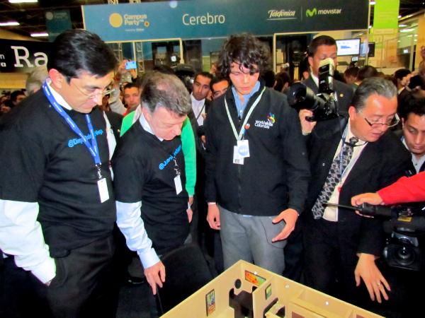 El presidente de Colombia Juan Manuel Santos, conociendo la casa del futuro DOMOTECO
