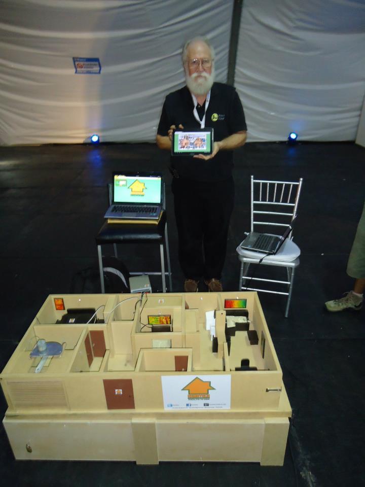 """Jon """"maddog"""" Hall, presidente de Linux Internacional probando la casa del futuro creada por DOMOTECO SAS durante el Campus Party Boya.ca 2013."""